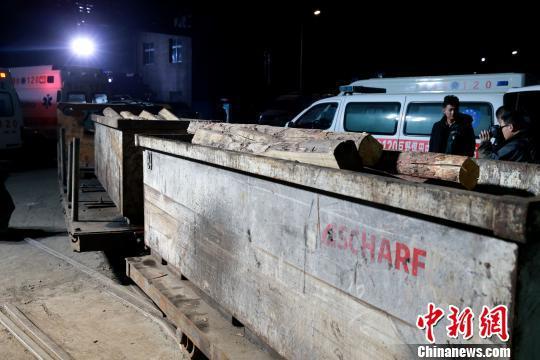 山东龙郓煤业冲击地压事故中,仍有18人被困井下。 梁犇 摄