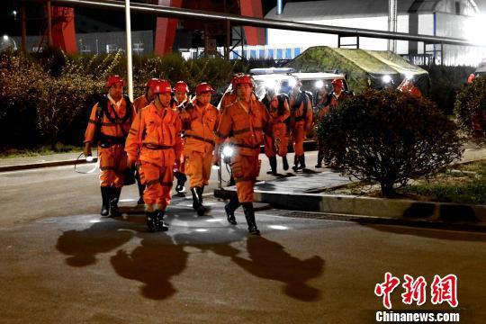 消防救援队伍在山东龙郓煤业冲击地压事故现场紧张救援。 梁犇 摄
