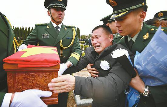 王成龙的父亲悲痛万分