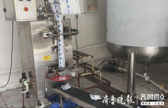 制作冰袋的机器正在制作并输出已加工完成的冰袋。
