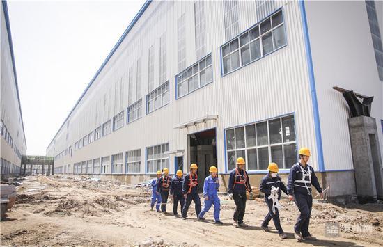 项目建设现场工人们紧张有序推进