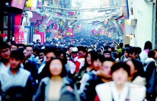 每到节假日,芙蓉街上都是摩肩接踵。今年清明假期,芙蓉街上游客爆棚。(资料片)