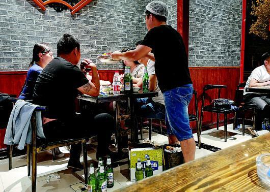 晚上11点,历山路上一家餐馆仍有不少顾客。