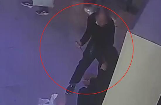旅客被劫持 潍坊民警徒手夺刀