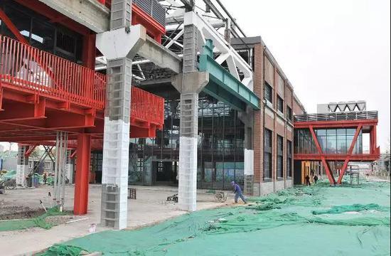 钢厂车间外面正在建设旋转楼梯,楼梯上面还有观光平台
