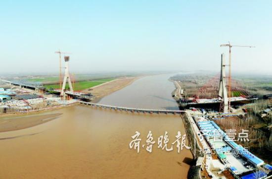 12月4日上午,泰东高速黄河大桥第二座主塔在平阴县成功封顶。