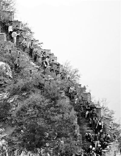 近日,有大量驴友攀登箭扣长城 供图/卫先生
