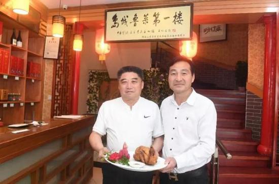山东导游协会副会长、青岛美食研究会高级研究员孙树伟(右)推介青岛地道美食