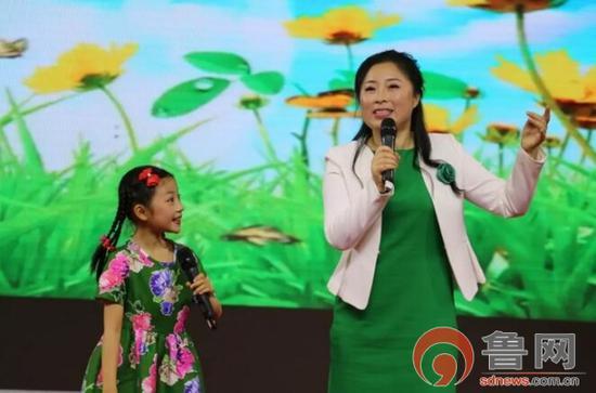 家庭组一等奖获得者王伟晓、刘子歌母女 现场为大家朗诵《春的消息》