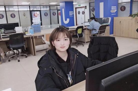 苗晴晴,电子商务专业毕业生,现任职于乖宝宠物食品集团有限责任公司,职员,年薪6万