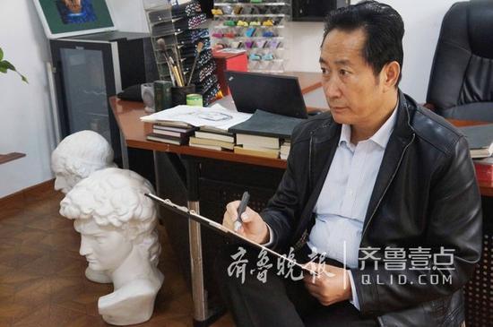 虽已退休,但林宇辉依旧坚持画画。齐鲁晚报·齐鲁壹点 记者 陈文进 摄