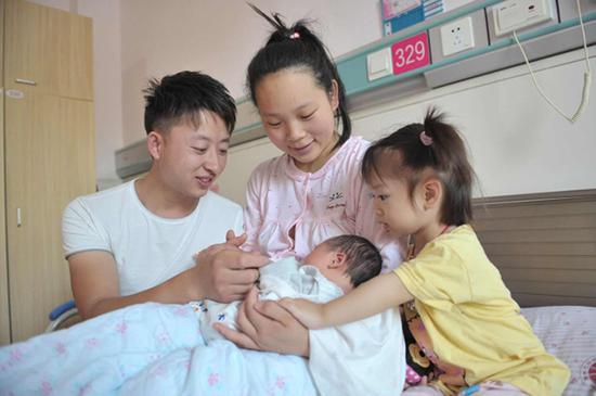 """孩子爸爸为儿子取名""""德生""""(记者 刘振兴摄)"""