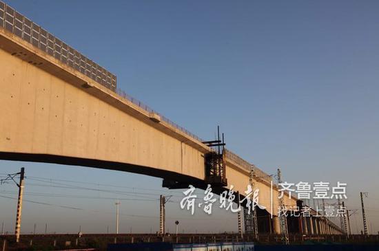相关新闻:今天青盐铁路跨胶黄铁路特大桥连续梁转体成功