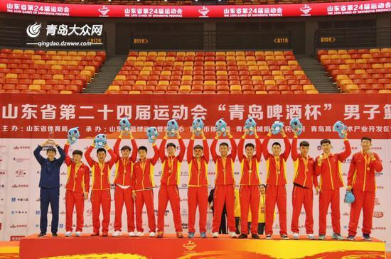 在本届省运会上,青岛男蓝战胜济南男蓝夺冠。大众网记者李璐摄