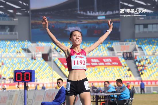 赵艳丽夺得本届省运会女子甲组10000米冠军。大众网记者毛道光摄