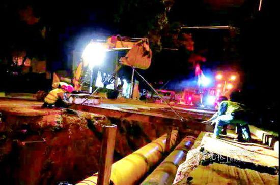 此前舜耕路供热主管网施工期间,每天凌晨4点左右,施工人员开始路面恢复工作。