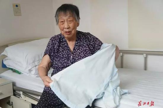 梁声誉的衣服一直缝缝补补舍不得丢。 本文图片均来自长江日报