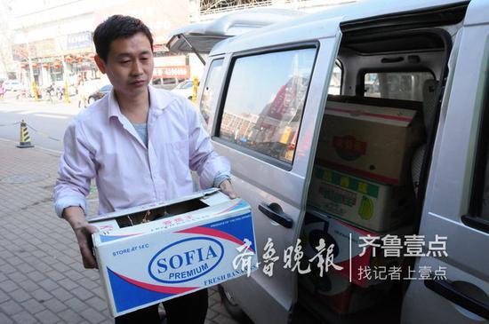 3月14日上午,金汉友正在往商家运送绿植。齐鲁晚报·齐鲁壹点记者 李洋 摄