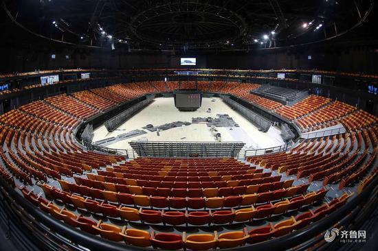 2018年4月11日,青岛市最大的综合性体育场馆、 2018年第24届山东省运会主会场青岛市民健身中心项目进入安装调试阶段。该项目位于青岛市红岛经济区(高新区),占地面积36.5公顷,建筑面积22万平方米,主要设施涵盖6万座体育场、1.5万座体育馆以及观海大平台、人防地下室、能源站等其他附属设施,具备承担国际体育单项赛事和国内综合性体育赛事能力。项目建成后将成为推动青岛体育文化发展的重要引擎,辐射带动青岛城市格局的拓展和城市活力的提升。 2018年4月11日,青岛,项目主体海之沙体育场内景。
