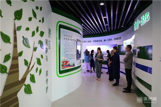 """在环保教育基地观看""""绿色之旅""""走廊。"""