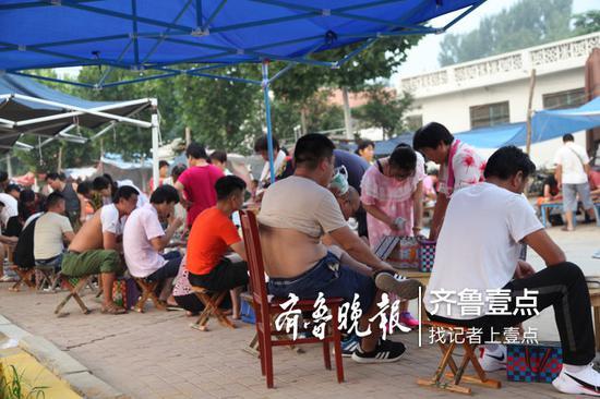 不到清晨6点,市场上就聚集了大量的客商和等待出售蟋蟀的村民。