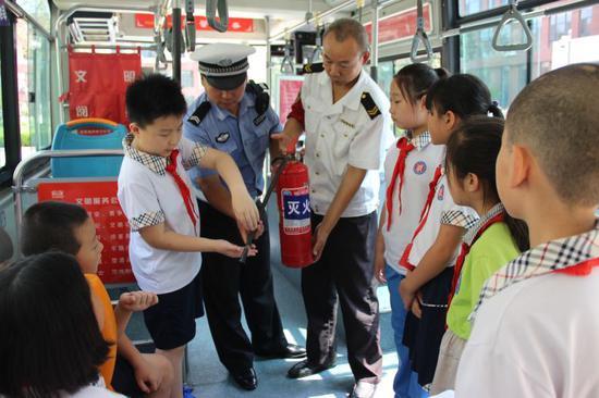 """小学生安全乘坐公交车""""干货"""""""