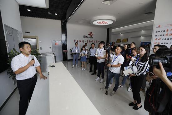 鲁南大数据中心有关负责人向采访团介绍中心情况。