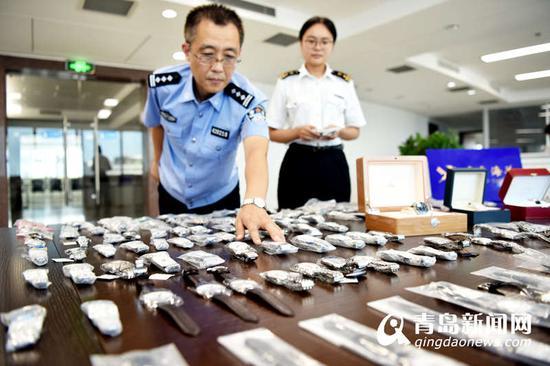 海关工作人员展示查获的走私高档手表。