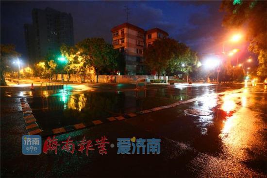 施工作业完毕,在规定时间,清理现场、恢复交通。晨曦中,整座城市慢慢醒来。