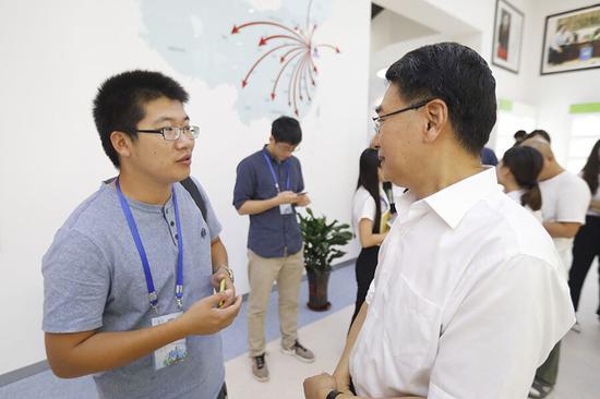 东海药业董事长崔云龙向采访团记者讲述东海与袁隆平院士的故事。