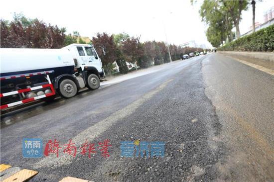 部分路面改造完毕后,压茬推进路面沥青恢复,确保车辆正常通行。
