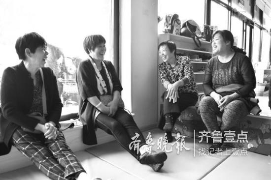▲在早教机构,几名老太太聊到开心的地方,高兴地笑了起来。 记者边浩玥 摄