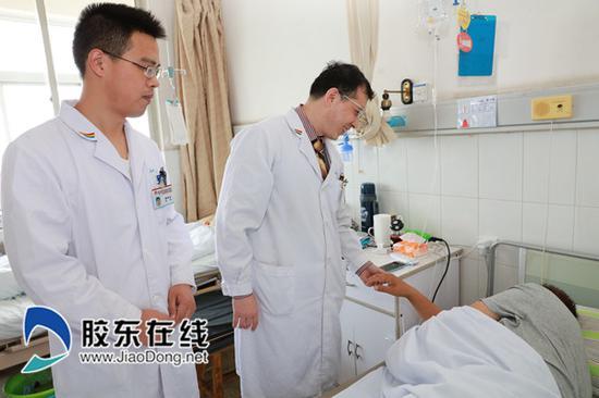 烟台山医院骨质疏松门诊杜伟副主任医师为骨质疏松导致骨折的患者术前查房