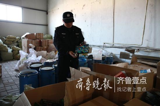 民警展示要销毁的假药。