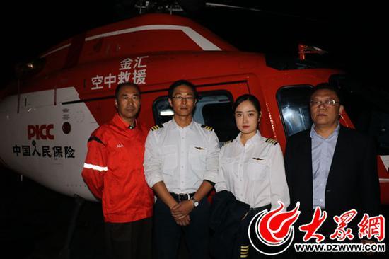 在井外24小时待命的人保空中救援直升机机组人员