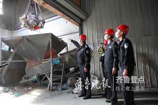 民警和食药监工作人员监督药品销毁。