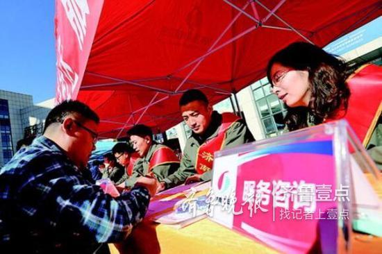 活动现场,济南热电工作人员就供暖问题回复用户。