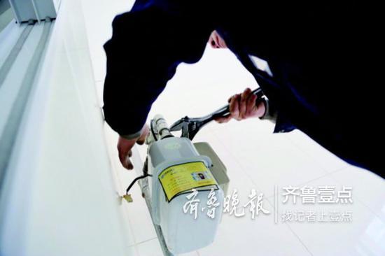 济南港华工作人员正在为用户免费更换燃气表。港华燃气供图
