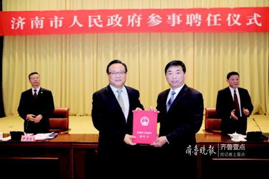 今年11月,济南市委副书记、市长孙述涛为新聘任的市政府参事发聘书。(资料片)