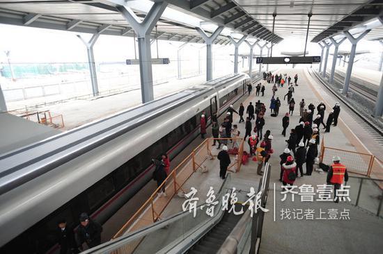 G6911高铁停靠在济南西站站台。记者 张中 摄