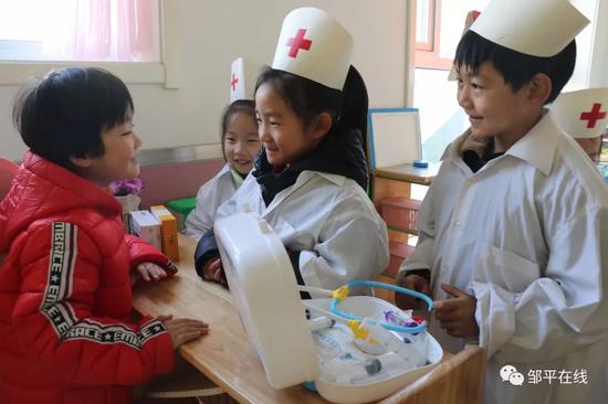 活动地区,幼儿在仿照医生看病