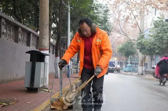 """他说:""""雪天,路滑,为了保障路面的清洁4点钟就来这里扫树叶了"""""""
