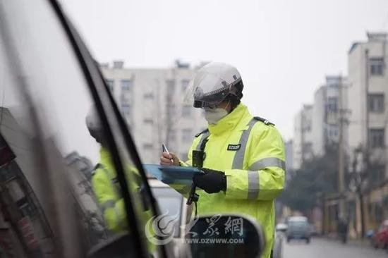 市中交警提醒:中央广场停车场东面的南北路请不要再违停了。
