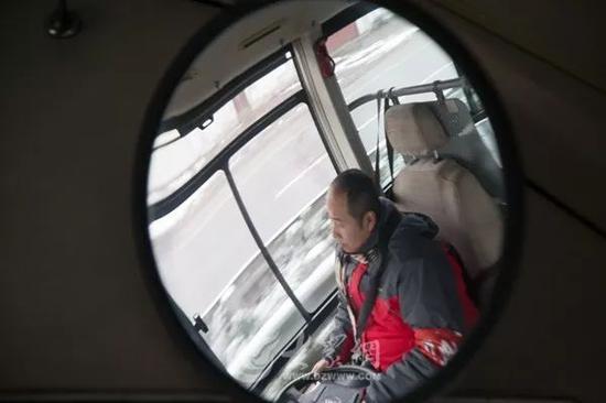 殷师傅说:昨天下过雪,路面滑,排班始发车的话每天要4点钟就要起床。