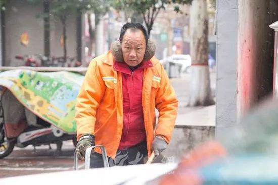 早上8:30,天空仍飘着小雪,环卫工赵师傅将马路扫了三遍了。