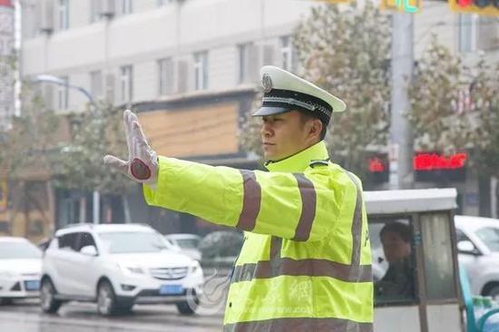 早上7:30,市中区迎来了上班早高峰,交警同志在雪中指挥交通。