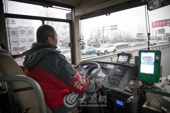 早上6:50,殷师傅这是第二趟前往市中区公交总站。