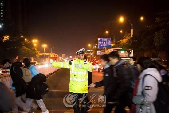 下午5点,仍然坚守岗位的交警同志。