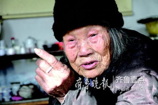 老人耳不聋,说话清晰,就是眼睛看不太清楚。