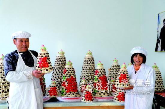魏连恒夫妇展示自家做的年糕。本报记者崔凯月 摄